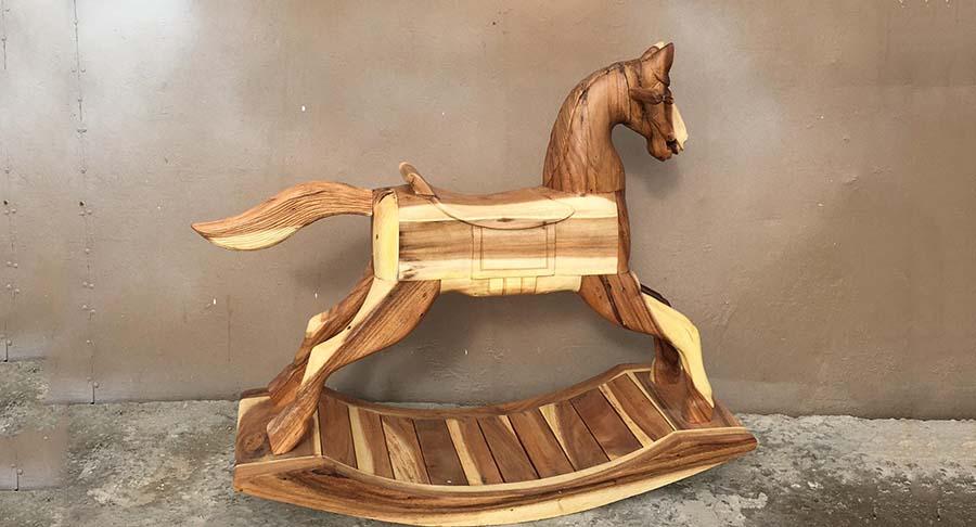 """סוס נדנדה דקורטיבי מדהים במחיר מבצע: 990 ש""""ח במקום 1800 ש""""ח"""