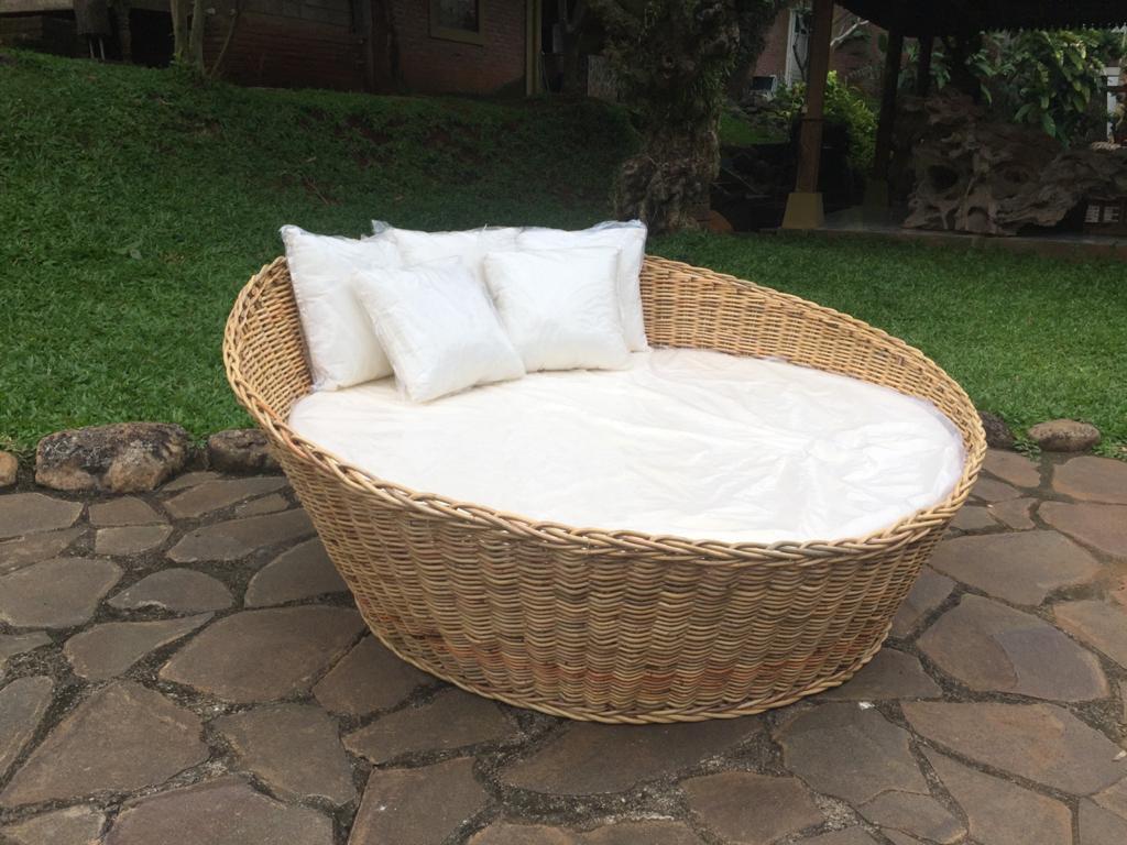 מיטת רביצה מעוגלת ראטן טבעי