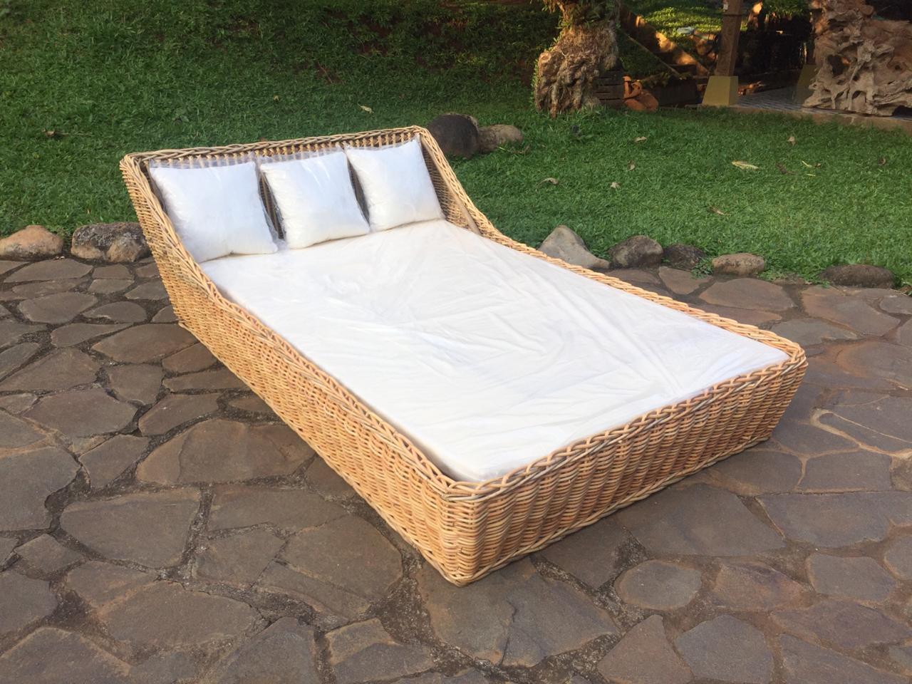 מיטת ראטן טבעי