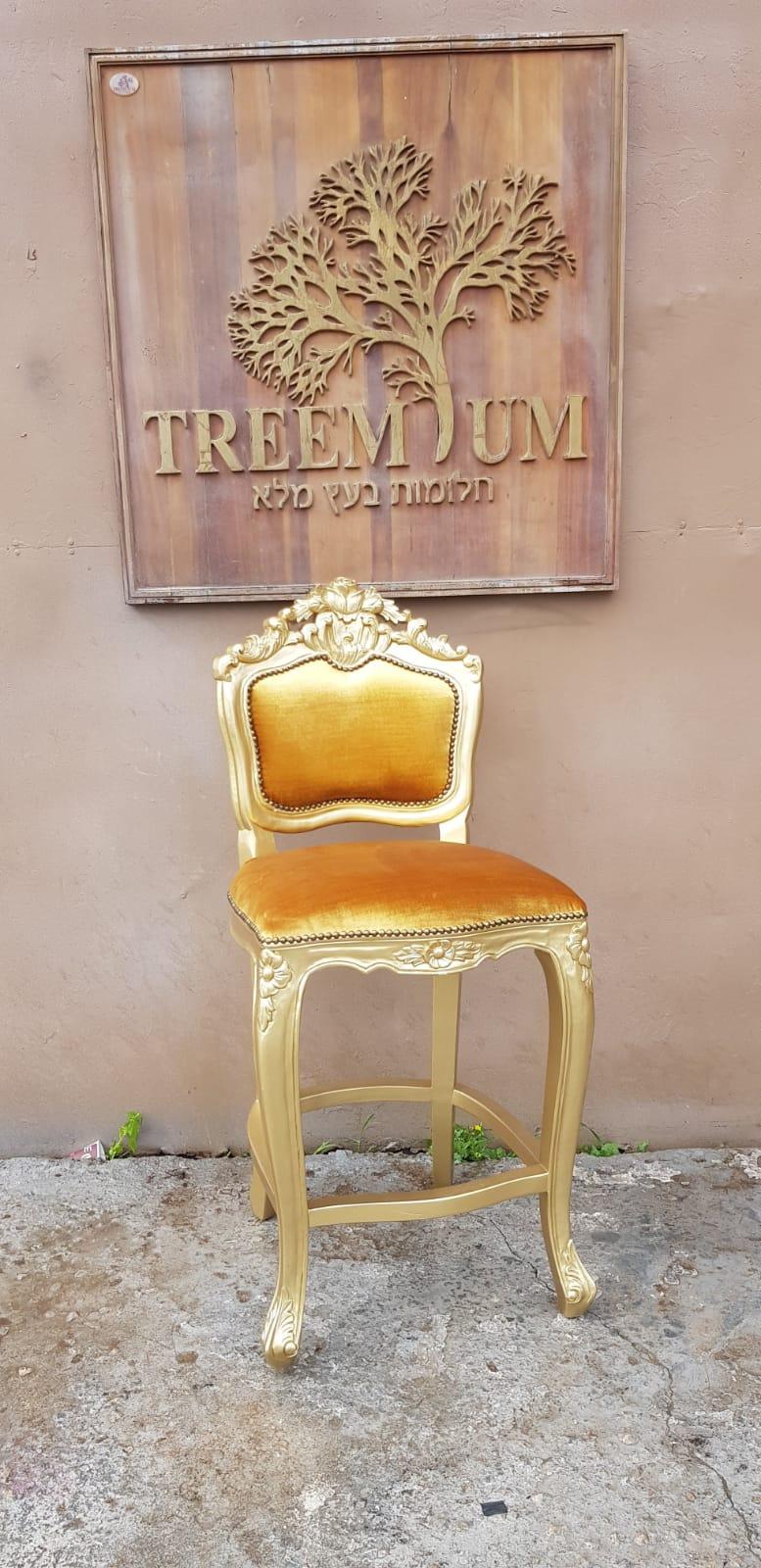 """כיסא בר עץ מלא גילוף יד במחיר במצע: 1,800 ש""""ח"""