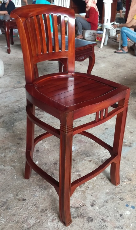 """כיסא בר מהגוני במחיר מבצע: 1,100 ש""""ח"""
