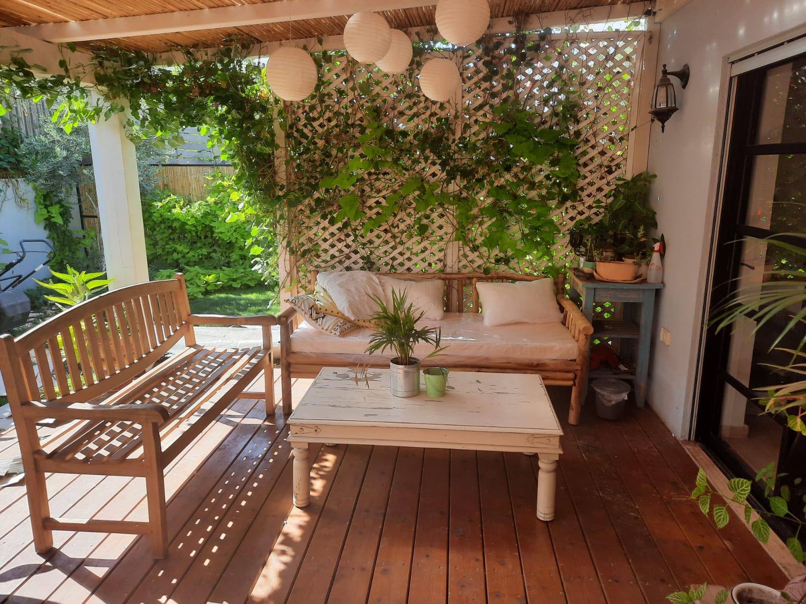 פינת ישיבה משולבת ספה טיק צעיר וספסל עץ
