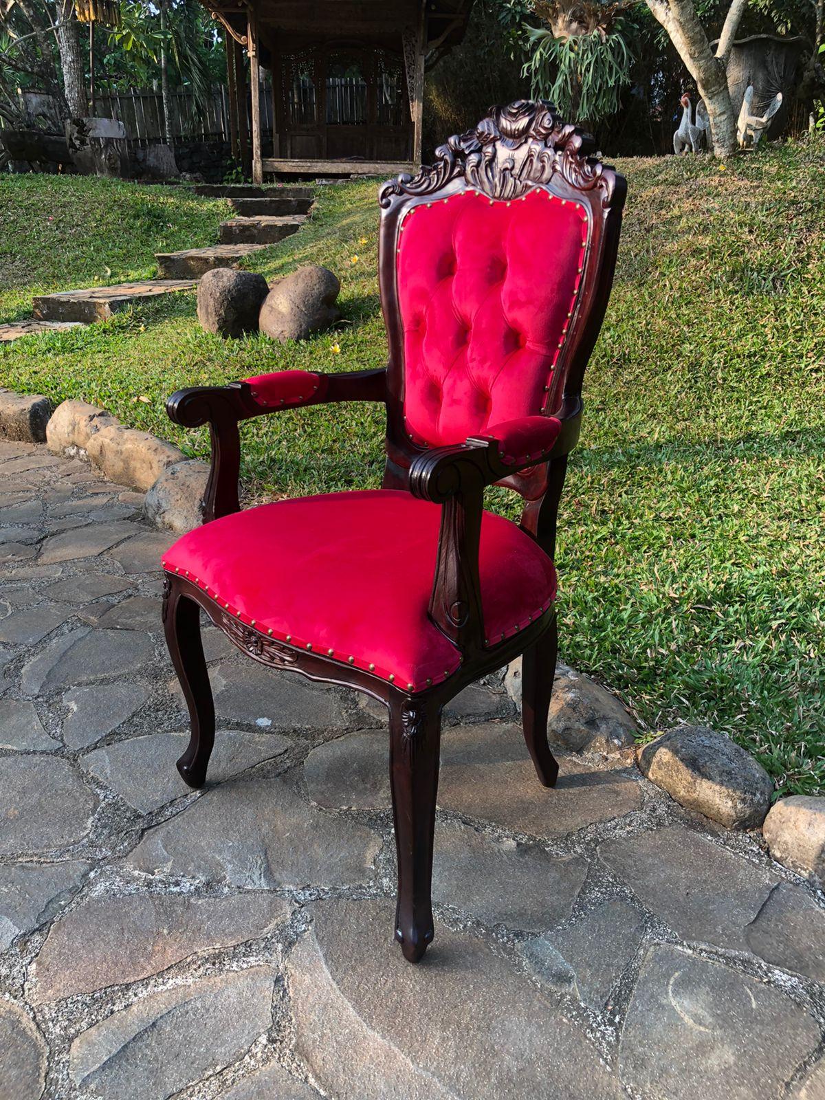 כיסא עץ מלא מהגוני ריפוד קטיפה אדום
